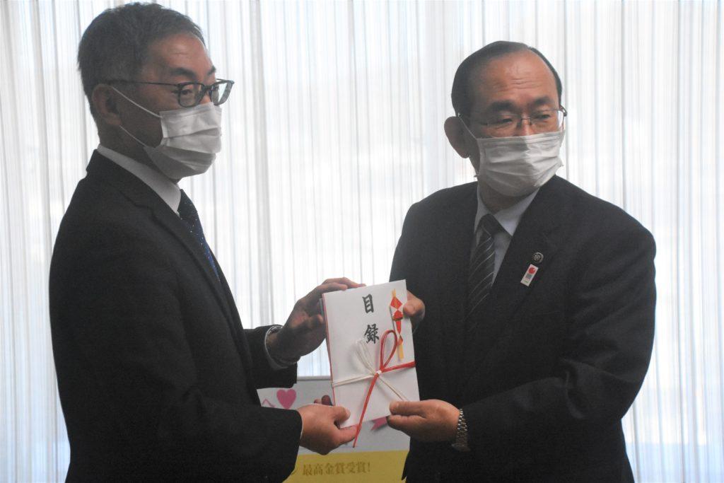 浜田市赤ちゃんの水を贈呈 ケイ・エフ・ジーと市長2