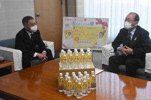 浜田市赤ちゃんの水を贈呈 ケイ・エフ・ジーと市長